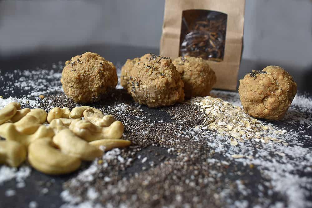 Boules protéinées et pauvres en sucres (pâte de cacahuète, noix de cajou et graines de chia)