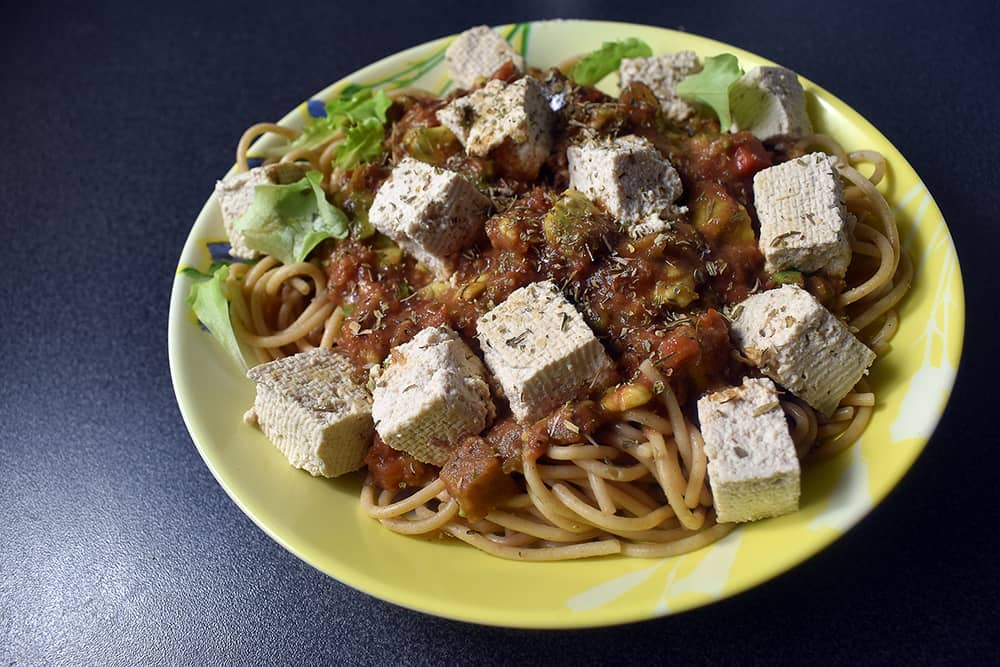 Pâtes complètes à l'avocat, légumes et tofu